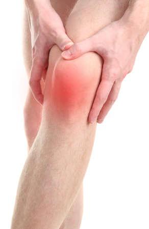 dolor rodillas: Hombre que sostiene la rodilla dolorida, aislado en blanco Foto de archivo