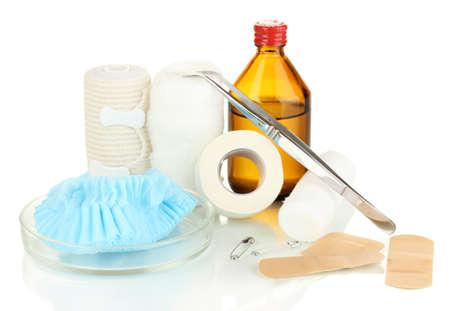first aid kit: Botiqu�n de primeros auxilios para vendaje aislado en blanco