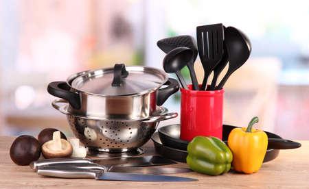 samenstelling van keukengerei en groenten op tafel in de keuken