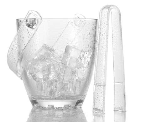 Cubo de cristal de hielo aislado en blanco
