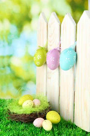 Art De achtergrond van Pasen met eieren opknoping op hek