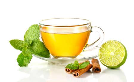 tazza di te: Tazza di t? con la menta, cannella e calce isolato su bianco