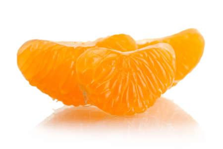 orange peel clove: Ripe spicchi di mandarino dolce, isolato su bianco