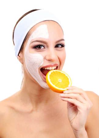 masajes faciales: Mujer joven con la m�scara facial de barro, aislado en blanco Foto de archivo