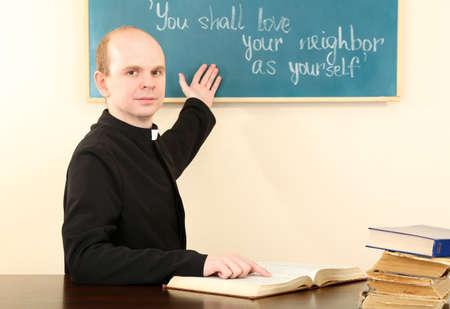 religion catolica: Sacerdote en la escuela dominical