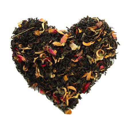 teepflanze: Dry schwarzer Tee mit gr?nen Bl?ttern, isoliert auf wei?