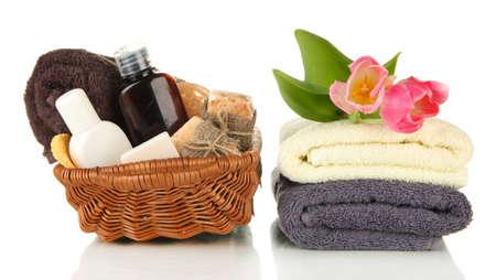 productos de belleza: Composición de las botellas de cosméticos y jabón en cesta, aislado en blanco Foto de archivo