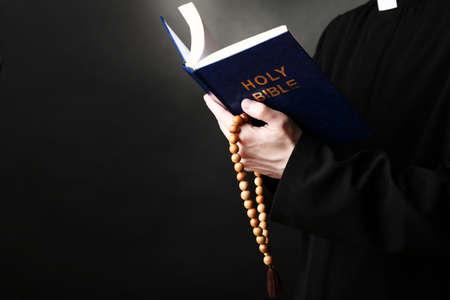 bible ouverte: Lecture Priest � partir de la sainte bible, fermez jusqu'�