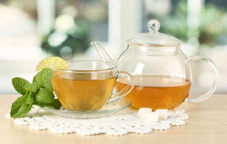 tazza di th�: Tazza di t� con la menta e lime sul tavolo in sala