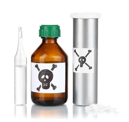 mortale: Veleno mortale in bottiglia isolato su bianco Archivio Fotografico