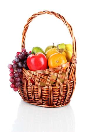 fruitmand: Verschillende vruchten in rieten mand op wit wordt geïsoleerd