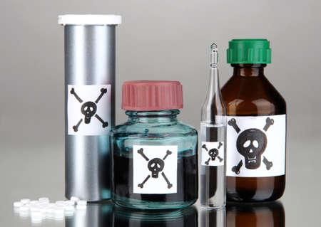 mortale: Veleno mortale in bottiglia su sfondo grigio