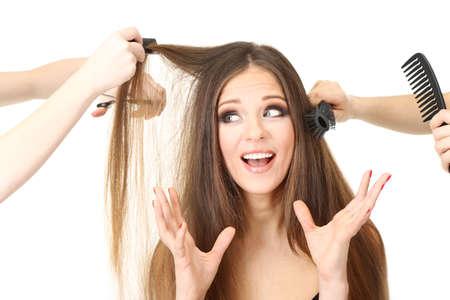 comb hair: Donna con i capelli lunghi in un salone di bellezza, isolato su bianco