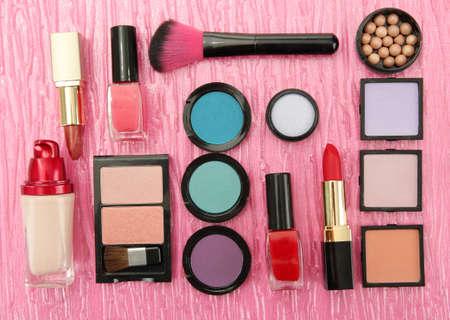 productos de belleza: Cosm�tica decorativa sobre fondo de color rosa