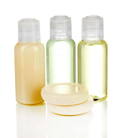 productos de belleza: Hotel botellas de cosméticos con jabón aislados en blanco Foto de archivo