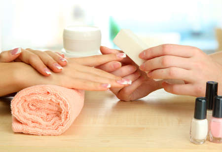 manicura: Manicura proceso en el sal�n de belleza, de cerca Foto de archivo