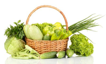 verduras verdes: verduras frescas en cesta aislados en blanco Foto de archivo