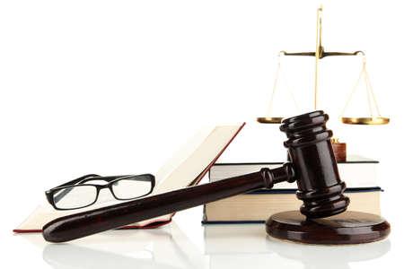 arbitrar: Escalas de oro de la justicia, martillo y los libros aislados en blanco