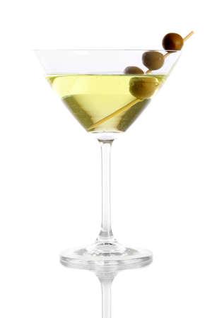 copa martini: Vidrio de Martini con aceitunas aislados en blanco