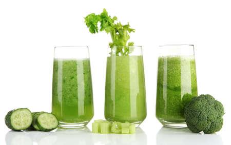 jugos: Vasos de jugo de vegetal verde, aislados en blanco