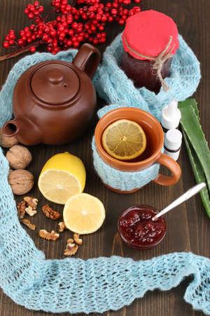 inmunidad: ?til t? con mermelada de inmunidad en la mesa de madera de cerca