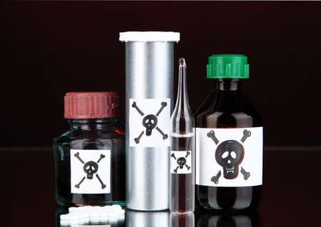 mortale: Veleno mortale in bottiglia su sfondo nero