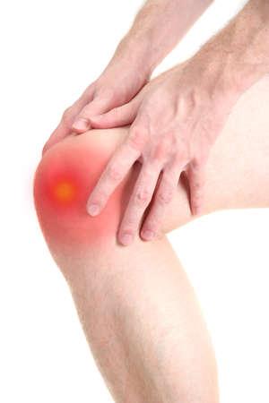 dolor de rodilla: hombre con dolor en la rodilla, aislado en blanco