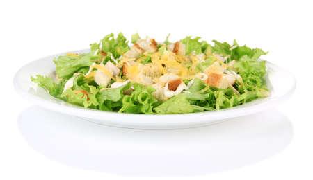 ensalada verde: Ensalada C�sar en el plato blanco, aislados en blanco