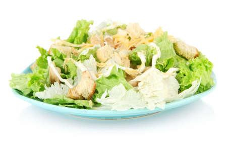 ensalada cesar: Ensalada César en el plato azul, aislado en blanco