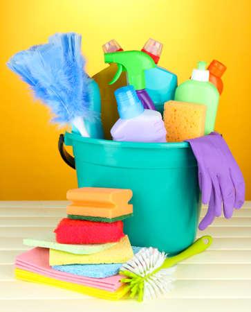 productos quimicos: Artículos de limpieza en un cubo en el fondo de color Foto de archivo