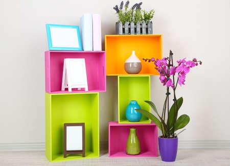 muebles de madera: Hermosos colores estantes con objetos caseros relacionados con diferentes