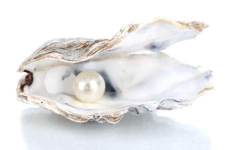 Open oester met parel geïsoleerd op wit Stockfoto