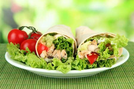 lechuga: Kebab - carne a la parrilla y verduras en la estera de bamb?obre fondo brillante