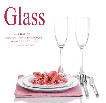 eventos especiales: Puesta de la mesa festiva con flores aisladas en blanco