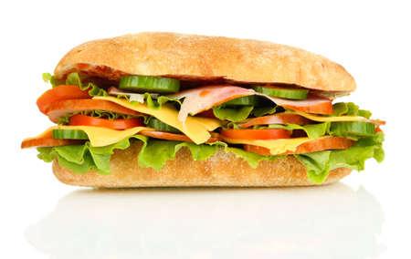 Sandwich frais et savoureux avec du jambon et des légumes isolé sur blanc Banque d'images