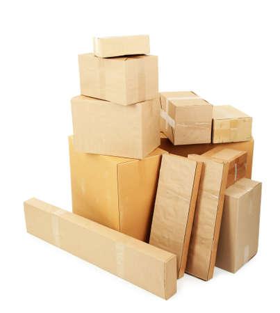 Différentes boîtes en carton isolé sur fond blanc