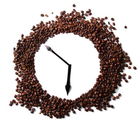 cafe colombiano: Reloj de pared de granos de café aislados en blanco Foto de archivo