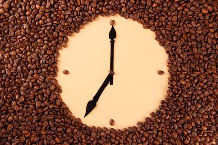 cafe colombiano: Reloj de pared de granos de café, de cerca Foto de archivo