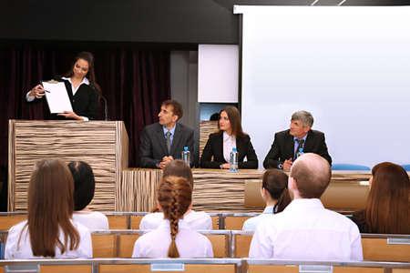 conferentie: Zakelijke vrouw is het maken van een toespraak in vergaderzaal