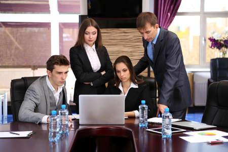 dolgozó: Üzletemberek dolgozó konferenciaterem