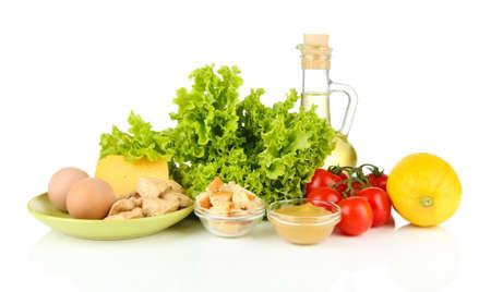 ensalada cesar: Ingredientes para la ensalada César, aislado en blanco