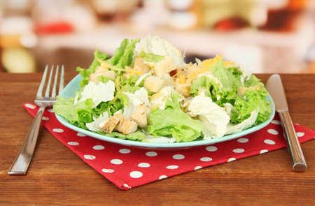 ensalada cesar: Ensalada César en el plato azul, sobre fondo brillante