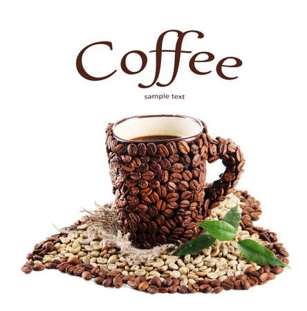 planta de cafe: Taza de granos de caf? y los frijoles verdes aislados en blanco Foto de archivo