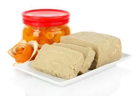 confect: Gustosa halva con arancia isolato su bianco