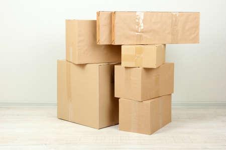 stockpiling: Diversas cajas de cart�n en la habitaci�n