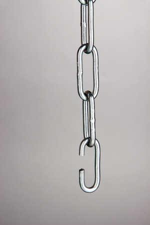 cadena rota: Cadena rota sobre fondo gris