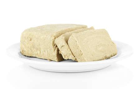 confect: Halva saporito sul piatto isolato su bianco