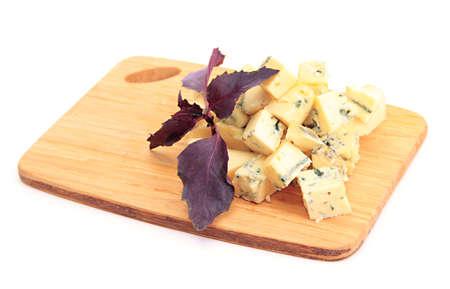 まな板は、白で隔離のおいしいチーズ 写真素材