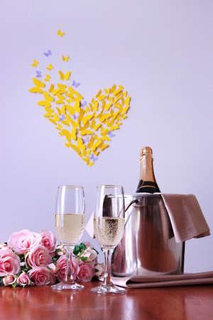 diner romantique: Champagne et des verres sur la table ronde sur la chambre de fond