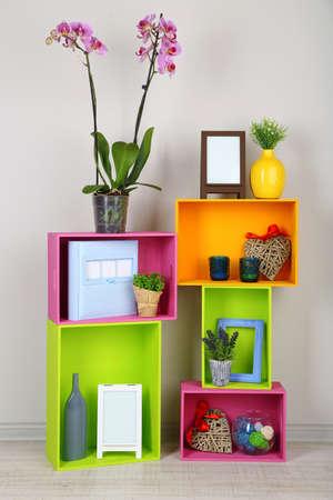 Mooie kleurrijke planken met verschillende home gerelateerde objecten